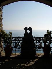 kissing lovers sculpture cinque terre